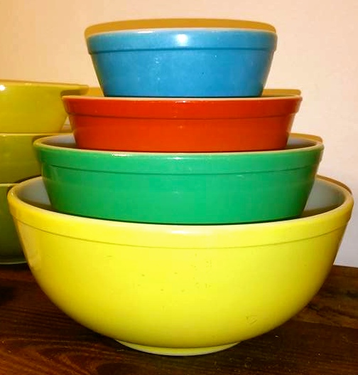 When did the first colored Pyrex bowls debut?