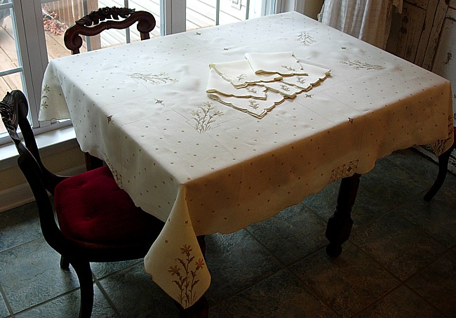 Portuguese vintage tablecloth and napkin set