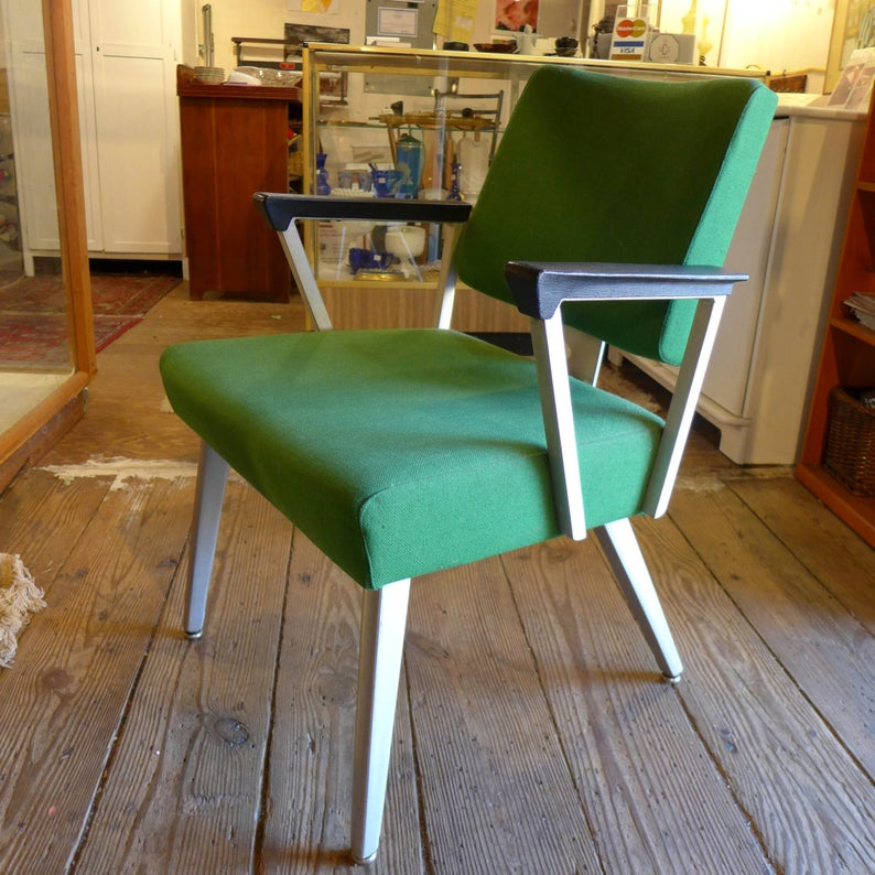 A 1970s-style green chair.